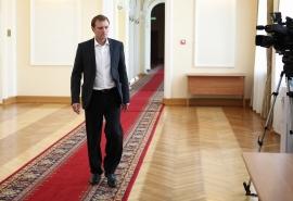 Омский депутат Провозин, предлагавший экономить на многодетных, закрутил бизнес на школьниках