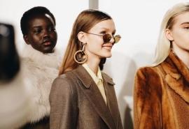 На Неделе моды в Париже модель из Омска примерила наряд хиппи