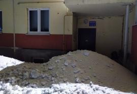 В Омске коммунальщики засыпали подъезд снегом — видео последствий