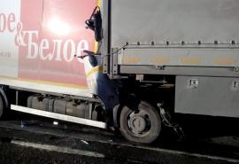 В Омской области водитель «Красного и Белого» погиб в массовом ДТП с газовозом – фото