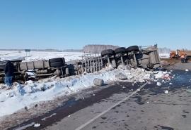 В Омской области на «трассе смерти» после ДТП перевернулась цистерна с уксусом — фото последствий