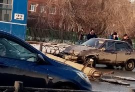В Омске на едущую машину очень удачно рухнул столб