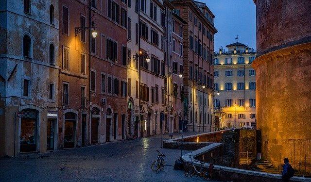В Италии из-за коронавируса закрыли почти все магазины