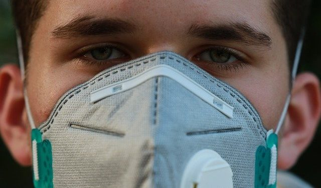 Эксперт рассказал об одном из самых ранних симптомов COVID-19