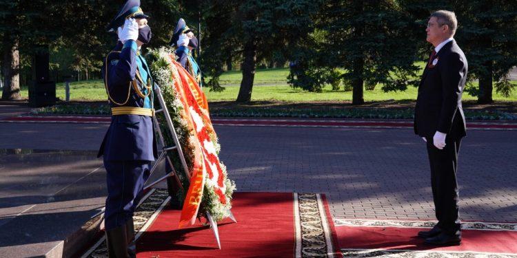 В Уфе Радий Хабиров возложил цветы к Вечному огню в парке Победы