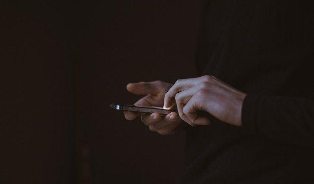 Опасность заразиться коронавирусом от смартфона оценена