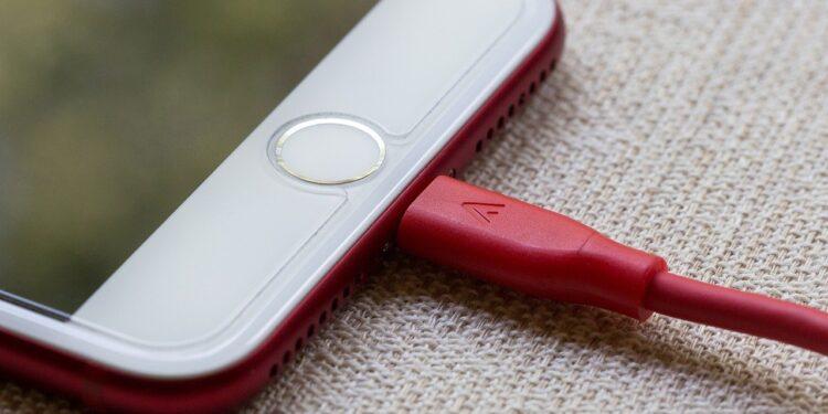 Роскачество развеяло главный миф о зарядке и разрядке смартфонов