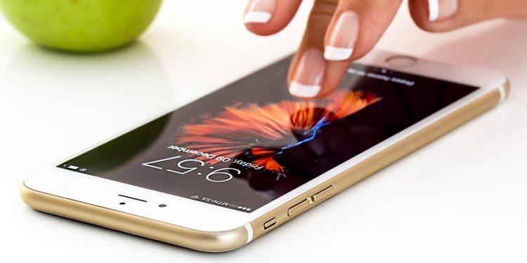 В России iPhone 7 подешевел почти в три раза