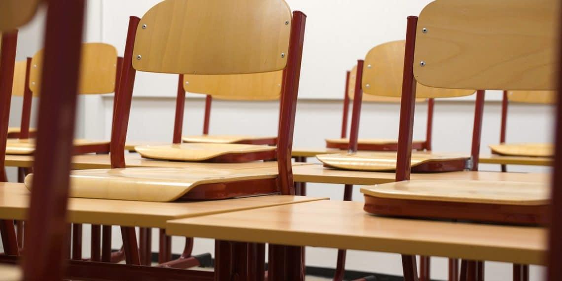 Случаи заноса коронавируса выявлены в 10 школах Петербурга