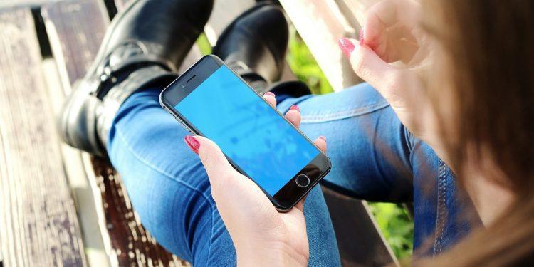 Определена опасность синего экрана смартфона