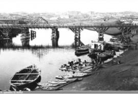 Деревянные фрагменты, найденные на берегу Оми, могут оказаться останками древнего моста – фото