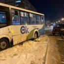 В Омске внедорожник мощно протаранил пассажирский автобус: есть пострадавшие