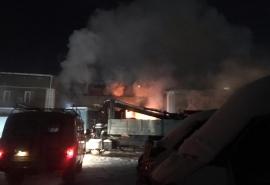 На окраине Омска всю ночь ликвидировали мощный пожар - фото