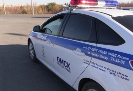 В Омске иномарка протаранила забор и вылетела на тротуар: пострадала молодая девушка