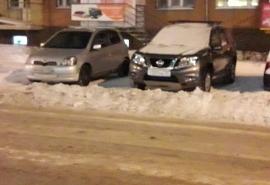 Омичка возмутилась уборкой снега, оставляющей авто без бамперов