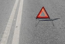 На оживленном омском проспекте образовалась пробка из-за трех аварий рядом друг с другом