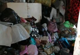В Омске женщина завалила всю квартиру мусором и устроила огромные проблемы соседям