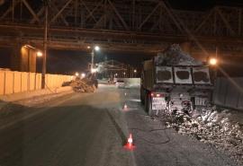 Страшная авария в Ленинском округе Омска: опора ЛЭП придавила дорожного рабочего