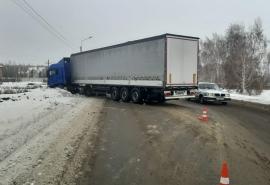 В Омске в жесткой лобовой аварии столкнулись «ВАЗ» и фура: погиб 28-летний парень
