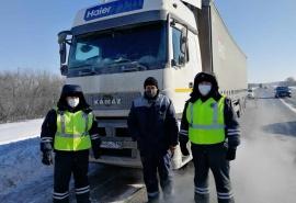 Омские госавтоинспекторы помогли замерзшему новосибирцу не сгинуть на трассе