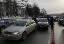 Рядом с мэрией Омска произошла массовая авария