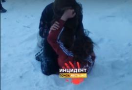 В Омске жестокая драка двух школьниц попала на видео