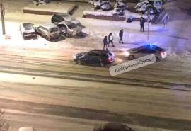 Неподалеку от омского ж/д вокзала автомобилист не вписался в «стайку» припаркованных машин