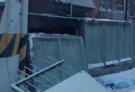 Стало известно, кому принадлежал тепловоз, обрушивший бетонный забор у шинного завода в Омске