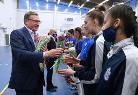 Накануне 8 марта губернатор Омской области одарил цветами юных спортсменок