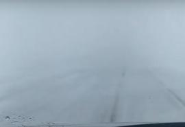На омской трассе с нулевой видимостью в ДТП зажало двух водителей