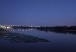 Упавшую с моста омичку течением унесло на льдине