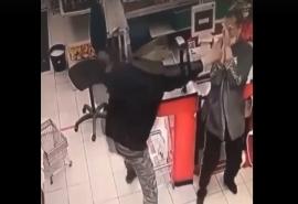 На видео попало нападение парня с ножом на продавцов омского магазина